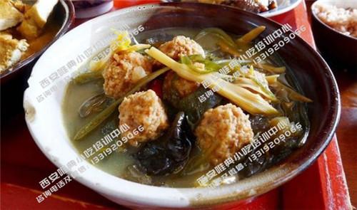 黄花木耳海带丸子汤
